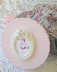Boite Shabby rose poudrée et grise - cadre shabby et broderie : Boîtes, coffrets par secrets-de-tiroirs