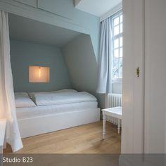Das Alkovenbett ist durch den Vorhang besonders gemütlich. Durch die Sprossenfenster hat man einen schönen Ausblick auf die Altstadt von Monschau und die…