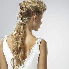 El pelo largo es la encarnación del glamour y la feminidad.   Liso, ondulado, ligeramente desfilado o elegantemente peinado... el pelo...