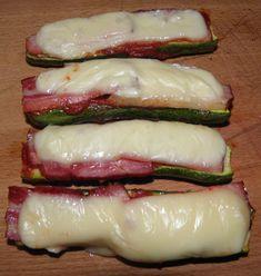 Cukety na krajích seříznu, podélně rozříznu a položím na pekáč vyložený papírem. Posolím, položím na ně utřený česnek,vymáčknu kečup po celé... Tasty, Yummy Food, Ham, Zucchini, Sushi, Food And Drink, Low Carb, Vegetables, Cooking