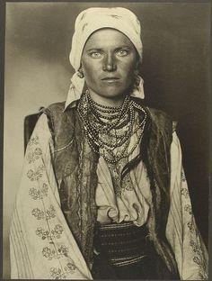 +~+~ Antique Photograph ~+~+   Ruthenian woman going through Ellis Island. ca. 1906