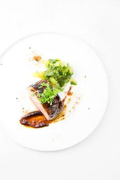 """Das Gericht """"Char Siu"""" ist ein chinesischer Grill-Klassiker: Schweinelende wird mit einer Marinade eingelegt und gegrillt. Dazu: Pak Choi."""