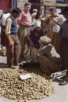 Vânzare de cartofi în plină stradă, posibil în zona Pieței 28 Martie, denumirea din epocă a acutalei Piețe a Unirii. Cântare ca cel din imagine am văzut cu toții, ba chiar în unele piețe încă se mai folosesc.