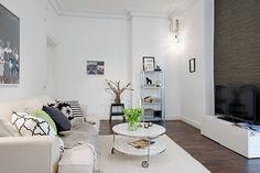 Alvhem Mäkleri och Interiör - white livingroom accented by patterned cushions