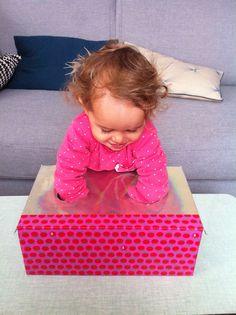 Mettre des petits jouets dans la boîte et dire à l'enfant de les attraper.