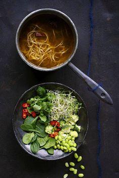 Vietnamilaisesta pho-keitosta sovellettu, höyryävän kuuma mausteliemi kaadetaan raakojen kasvisten päälle, jolloin ne jäävät pureskeltavan rapsakoiksi.