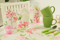 Ein pinke Blumen ziert diese cremefarbene Serviette. Frische Farben und ein sommerliches Muster.