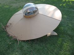 UFO... maybe make one that crashed in the front yard. Think of the excitement as they get to the party & see the wreckage! Alien Halloween, Theme Halloween, Outdoor Halloween, Halloween Diy, Halloween Decorations, Halloween 2018, Ufo, Mouse Hole, Alien Party