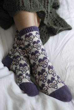 Free knitting pattern for socks with pansies Lace Socks, Wool Socks, Knitting Socks, Free Knitting, Fair Isle Knitting Patterns, Christmas Knitting Patterns, Knitting Ideas, Soft Slippers, Patterned Socks