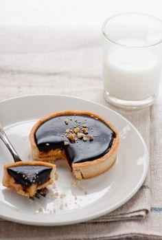 Chocolate Peanut Butter Tart Recipe [Makes 6 tartlets] Peanut Butter Desserts, Chocolate Peanut Butter, Chocolate Recipes, Chocolate Tarts, Choco Pie, Dessert Chocolate, Just Desserts, Delicious Desserts, Dessert Recipes