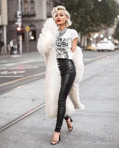 I know I've posted this before but I can't get over how she looks like Marilyn Monroe. With a combination of Rocker chic fashion. Fashion Blogger Style, Look Fashion, Winter Fashion, Fashion Outfits, Fashion Trends, Fashion Edgy, Rocker Fashion, Fashion Bloggers, Hipster Outfits