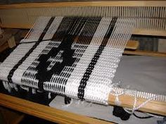 telar maria - Buscar con Google Tablet Weaving, Loom Weaving, Tapestry Weaving, Hand Weaving, Pooling Crochet, Old Sweater, Weaving Patterns, Weaving Techniques, Rug Hooking