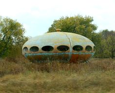 Derelict Futuro house>>> I can see myself owning this! Old Abandoned Buildings, Unusual Buildings, Abandoned Places, Architecture Old, Amazing Architecture, Architecture Details, Monuments, Ufo, Colani