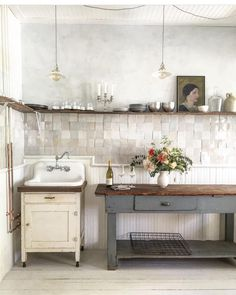The hand made tile radiates behind open shelving stacked perfectly with kitchen-wares at this Hudson River studio. Image via from The post The hand made tile radiates behind open shelving stacked perfectly with kitchen-& appeared first on BlinkBox. Cocina Shabby Chic, Shabby Chic Kitchen, Rustic Kitchen, Vintage Kitchen, Kitchen Decor, Country Kitchen, Vintage Sink, Bohemian Kitchen, Decorating Kitchen