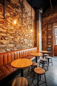 Wall leather Bench-Clever Little Tailor — Adelaide- pared de piedra y bancada acolchada vertical. Banco corrido de cuero camel
