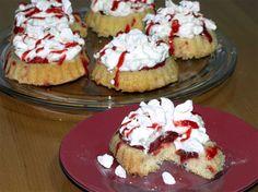 Erdbeer-Törtchen-Rezept: Leichte Erdbeer-Törtchen mit Rhabarber und Baiser-Stückchen