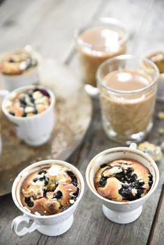 Kodin Kuvalehti – Blogit | Ruususuu ja Huvikumpu – Mustikka-valkosuklaa-mukikakut valmistuvat helposti ja nopeasti. Sulatettu valkosuklaa ja mustikat sopivat täydellisesti yhteen Food Inspiration, Pudding, Breakfast, Desserts, Morning Coffee, Tailgate Desserts, Deserts, Custard Pudding, Puddings