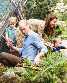 Royal Family Around the World: Prince William, Duke of Cambridge and Catherine, Duchess of Cambridge enjoy fun-filled day out with the children at the Duchess' woodland during the RHS Chelsea Flower Show on May 2019 in London, England. Lady Diana, Prince William Family, Prince William And Catherine, William Kate, Prince Charles, English Royal Family, British Royal Families, Prince And Princess, Princess Mary