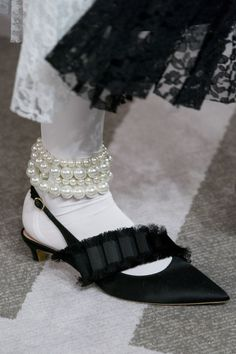 Huishan Zhang at London Fashion Week Fall 2019 - Details Runway Photos Source by fashion casual Fashion Boots, Sneakers Fashion, Fashion Fall, Fashion Clothes, Fashion Skirts, Fashion Top, Fashion 2016, Fashion Night, Fashion Edgy