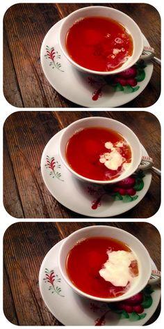 Teetied: bei der Ostfriesentee-Zeremonie wird mit einem Schöpflöffelchen etwas Sahne in den schwarzen Tee gegeben – erst sinkt die Sahne, dann steigt sie in Wölkchen langsam auf. Genuss pur!