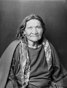 Blackfoot woman. Photo: 1900. - National Anthropological Archives, Smithsonian Institution. Glass Negatives of Indians (Collected by the Bureau of American Ethnology) 1850s-1930s.