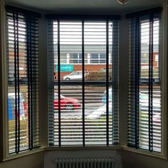 These anthracite wooden venetians look great in this bay window. Do you have a bay window and are curious about your options? Than call 07748643628 for a quote or visit Roman Blinds, Curtains With Blinds, Fakro Blinds, Perfect Fit Blinds, Fitted Blinds, Windows Me, Coffee Shop Design, Roller Blinds, Bay Window