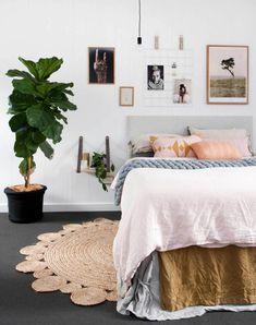 Mit Styling-Tipps rund ums Bett und sein Kopfteil zeigen wir Ihnen, dass ein schönes Ambiente einen entscheidenden Wohlfühl-Beitrag im Schlafzimmer leistet.