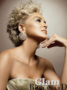 Beauty through the ages. Sharon Stone shows how to stay looking beautiful in your Divas, All Hairstyles, Hairstyle Ideas, Classy Hairstyles, Hairdos, Short Curls, Celebrity Jewelry, Ageless Beauty, Short Hair
