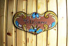 Rosemalt velkommen-skilt. Enamel, Accessories, Vitreous Enamel, Enamels, Tooth Enamel, Glaze, Jewelry Accessories