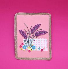 Lavanta Bahçesi Bu projemizde 'quilling' kağıt dolama tekniği ile bir lavanta demeti hazırlıyoruz. Bu sevimli lavanta demetini mini çiçekler ve renkli boncuklar ile süsleyip çok şık bir duvar panosuna dönüştürebilir ya da kart olarak kullanabilirsiniz. Nasıl yapıldığını görmek için tıklayın...