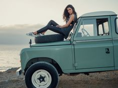 The bespoke style of the Land Rover Defender series 3 optimised with glamour and a sense of freedom by Cool & Vintage. Land Rover Defender, Defender 90, Cool Vintage, Vintage Travel, Vintage Cars, Foto Picture, Land Rover Series 3, Girly Car, Foto Casual