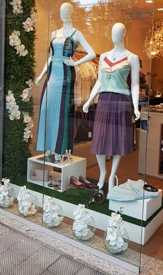 Source by anabelamorgado store Clothing Boutique Interior, Boutique Interior Design, Boutique Decor, Shoe Store Design, Clothing Store Design, Fashion Window Display, Fashion Displays, Boutique Window Displays, Vitrine Design