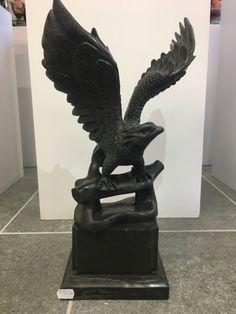 www.siloart.gr Μαρμάρινο γλυπτό αετού πάνω σε βάση, χειροποίητο σκαλιστό ολόγλυφο μασίφ έργο από ελληνικό μαύρο μάρμαρο , ο αετός είναι το σύμβολο της βυζαντινής αυτοκρατορίας το σύμβολο της ελευθερίας και της ανεξαρτησίας. Ύψος 43εκ., μήκος 25εκ., βάθος 15εκ., συνολικά με τη βάση , τιμη 850€...