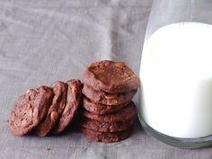 Umas bolachas de chocolate amanteigadas e levemente salgadas, que se derretem na boca, e com lascas generosas de chocolate no interior