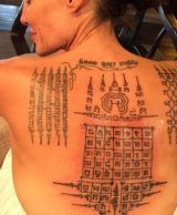 Money-Back Guarantee? Angelina Jolie Had A Tattoo To 'Bind' Her To Brad Pitt! - Angelina Jolie may want to see if she can get her money back as word emerged that she had a tattoo - Back Tattoos, Body Art Tattoos, Girl Tattoos, Tatoos, Yantra Tattoo, Sak Yant Tattoo, Sanskrit Tattoo, Tatuagem Sak Yant, Angelina Jolie Fotos
