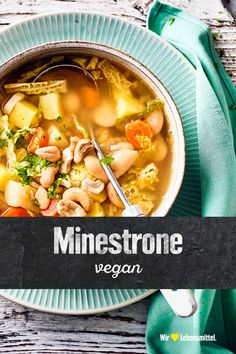 Italienische Gemüsesuppe ohne Laktose und Gluten: Probiere unsere vegane Minestrone mit weißen Bohnen, Wirsing, Kartoffeln und Cashewkernen! #edeka #minestrone #vegan #suppe #rezept Cheeseburger Chowder, Gluten, Soup, Recipes, Potato, Minestrone Soup Recipes, Italian Vegetable Soup, Savoy Cabbage, Vegane Rezepte