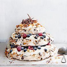 meringue cake with chocolate & hazelnut liqueur delicious. Meringue Cake, Meringue Recept, Cake Cookies, Cupcake Cakes, Delicious Desserts, Dessert Recipes, Delicious Magazine, Piece Of Cakes, Savoury Cake