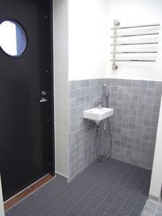 Edellisessä kirjoituksessani julistin juhlallisesti, että aloitan Vinkki! -kirjoitus-sarjan, jossa esittelen talomme toimivia ja ei niin t... Laundry Storage, Laundry Room, Mudroom, Future House, Tile Floor, Interior Decorating, Neutral, Bathtub, Mirror