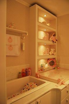 O banho foi adaptado para ter banheirinha embutida e nichos revestidos de tecido, bem como painel em espelho.