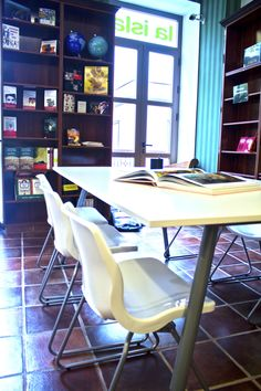 Lounge, C/Imeldo Serís, 75. www.laislalibros.com