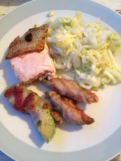 Alles gute auf einem Teller versammelt: Wildlachs, Avocado-Schinken-Röllchen und Salat mit Wasabi.   All the besties on one plate: fresh wil...
