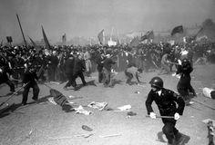 1952年5月1日、東京繁華街でのメーデーの暴動で、警官に石を投げつける親共産主義者のデモ隊。警察側が催涙ガス、銃、警棒を使って暴動を鎮圧しようとしたため、双方とも多数の負傷者が出た。