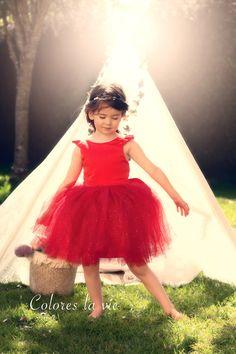 La robe Marilyn est une robe possédant plusieurs options. La première est une option de cérémonie/princesse intégrant un jupon en tulle. La seconde intègre une option pour une réalisation de robe de « tous les jours » en tissus chaine et trame. Les deux versions peuvent être avec ou sans manchons ainsi qu'avec ou sans ceinture. Avec son dos en V, Marilyn est gracieuse et féminine, parfaite pour être portée en toutes occasions. Le patron intègre les tailles du 92cm au 146 cm.