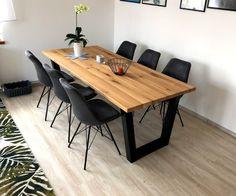 Designový jídelní stůl vyniká spojením dřevěné dubové desky s masivními ocelovými nohami. Dinning Table, Home Kitchens, Conference Room, Tables, Furniture, Home Decor, Houses, Mesas, Kitchens