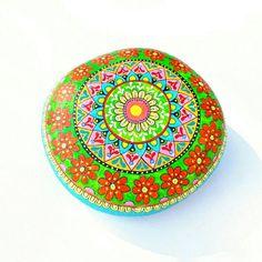 Guarda questo articolo nel mio negozio Etsy https://www.etsy.com/it/listing/520456360/sasso-dipinto-a-mano-mandala-stones