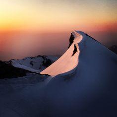 Nel giorno della liberazione d'Italia, alle ore 5.30 del mattino, dopo il risveglio nel bivacco invernale del Rifugio Fraccaroli, posto poco sotto Cima Carega (2259 m) nelle Piccole Dolomiti, l'emozionante risveglio del sole. L'ennesima conferma che l'Italia e le montagne dietro casa, sanno sempre e comunque regalare emozioni indimenticabili. albertoferretto@hotmail.it