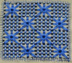 Suscríbete: http://goo.gl/pJNMTU Hermosa puntada de estrellas bordada sobre una red hecha en tela lino Panamá. La red se hizo de 4 x 4 hilos. Utilicé un hilo...