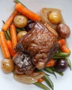 These braised short ribs are beef ribs simmered in a savory sauce with herbs, garlic and vegetables until fall-apart tender. A comfort food classic! Slow Cooker Short Ribs, Crock Pot Slow Cooker, Slow Cooker Recipes, Crockpot Recipes, Cooking Recipes, Soup Recipes, Recipes Dinner, Cooking Ideas, Recipies