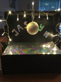 Disco surprise Homemade Christmas Crafts, Reborn Dolls, Reborn Babies, Baby Dolls, Newspaper Basket, Cardboard Art, Miniature Houses, Air Dry Clay, Paper Clay