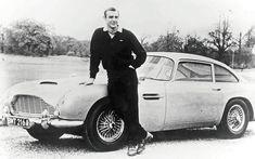 Sean Connery pose à côté d'une Aston Martin DB5 en 1965